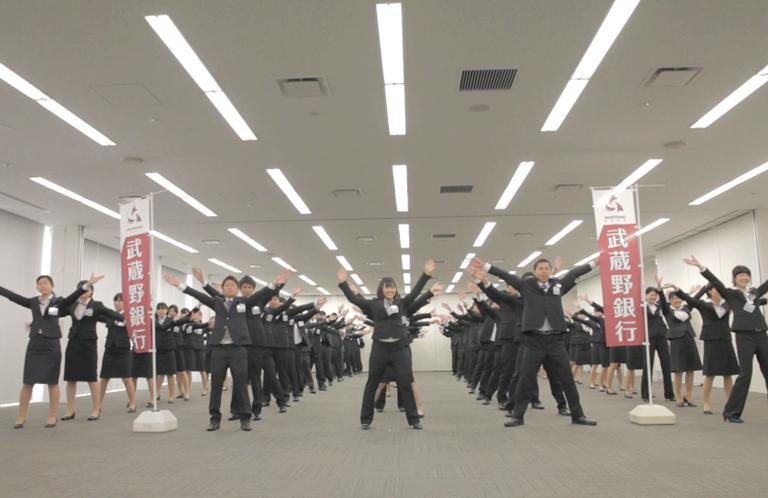 【動画】武蔵野銀行新卒120名によるそうだ埼玉全編ダンス【武蔵野銀行】