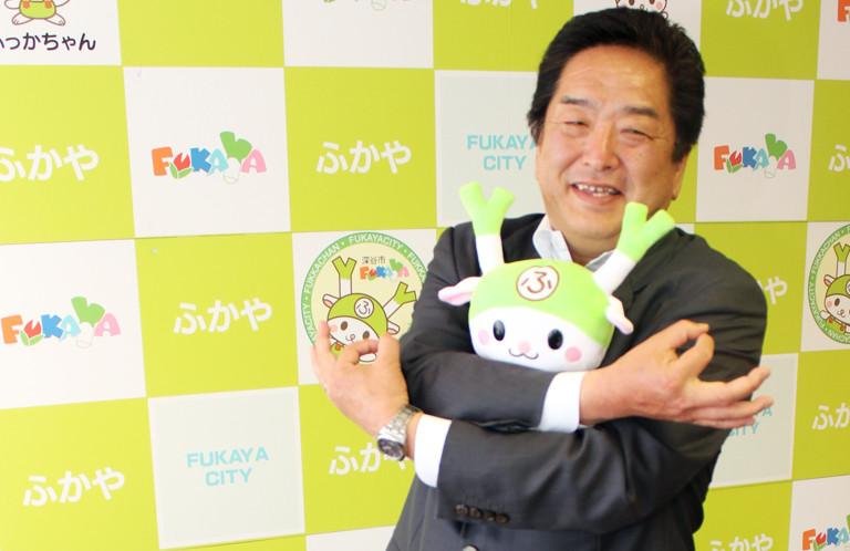 【深谷市】ふっかちゃんを乗せて小島進市長の埼玉ポーズ!