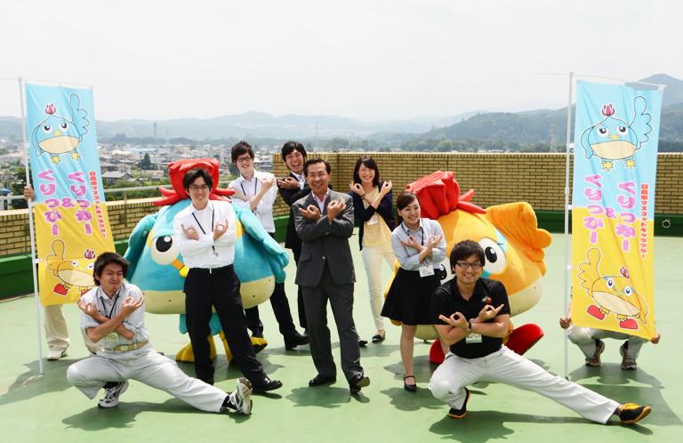 【日高市】奥武蔵の山々をバックに!屋上で新人職員と谷ケ﨑照雄市長の埼玉ポーズ!