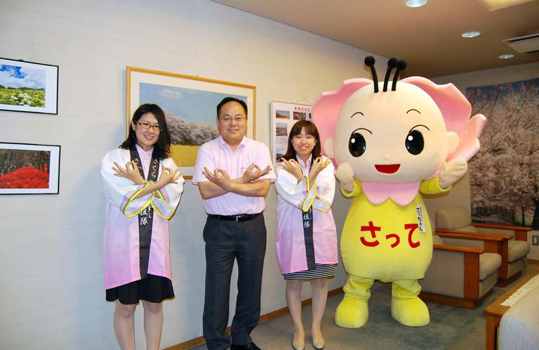 【幸手市】ハッピの色も桜色!渡辺邦夫市長の埼玉ポーズ!