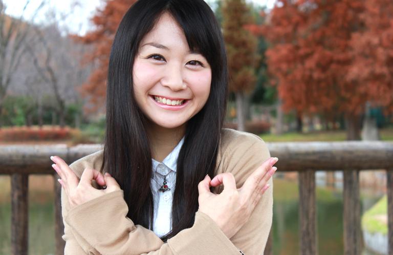 埼玉ポーズをしている女の子