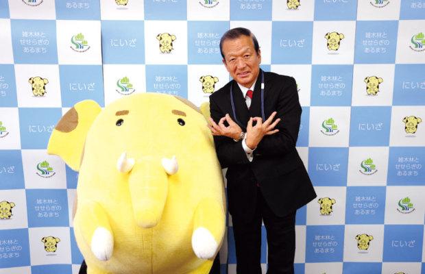 【新座市】市長とゆるキャラのギャップがカワイイ!須田健治市長の埼玉ポーズ!(勇退)