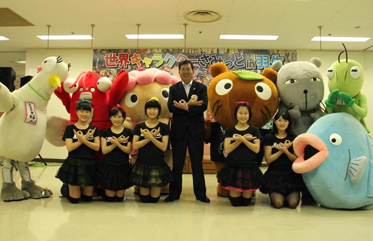 【羽生市】世界キャラクターサミットの舞台!河田晃明市長の埼玉ポーズ!