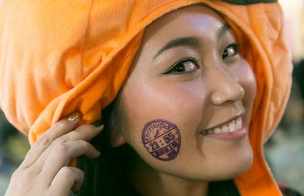 渋谷ハロウィンに埼玉県の終電時刻を顔に押す埼玉女子が大量発生⁉「#サイタマシンデレラ」とは?