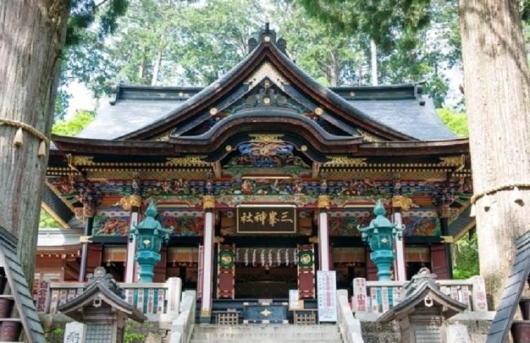 三峯神社「白い氣守」頒布休止 4月には25kmの渋滞も