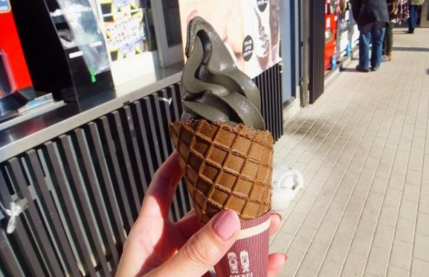 嵐山PAの真っ黒ソフトクリームが大人気!話題のブラックシリーズとは
